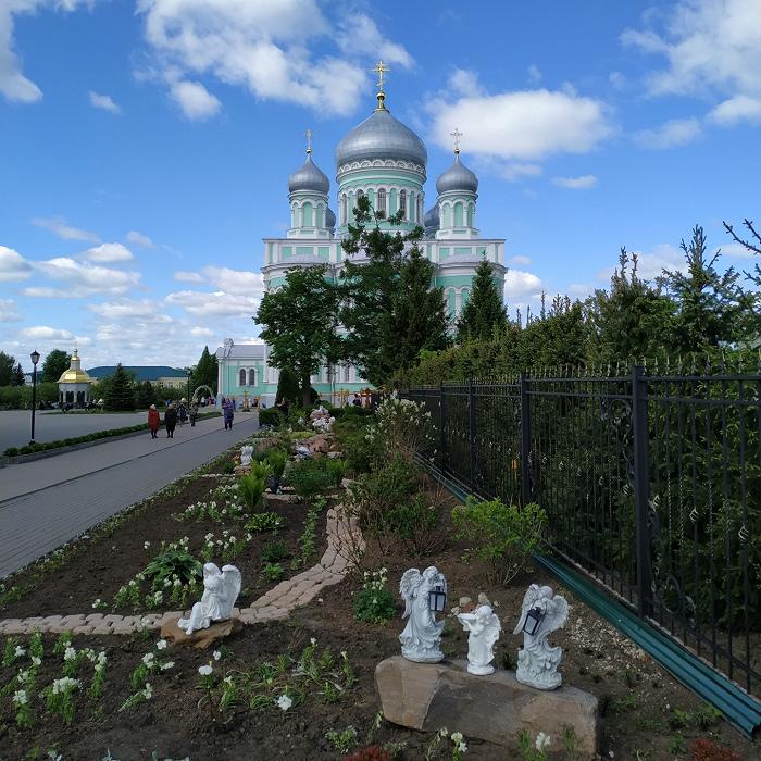 Садовые украшения в монастыре. Фото Юлии Крашенинниковой