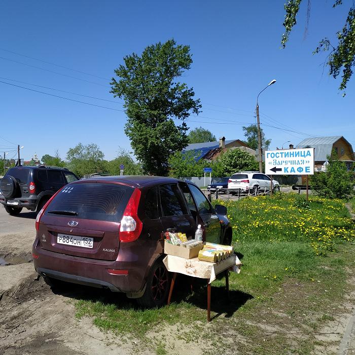Свечи — самый ходовой товар стихийной уличной торговли около монастыря. Фото Юлии Крашенинниковой