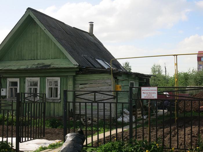 Около обители ранее находился частный сектор. Теперь здесь жилой фонд монастыря. Фото Артемия Позаненко