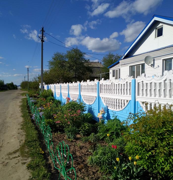 Дополнительная клумба у частного дома. Фото Юлии Крашенинниковой